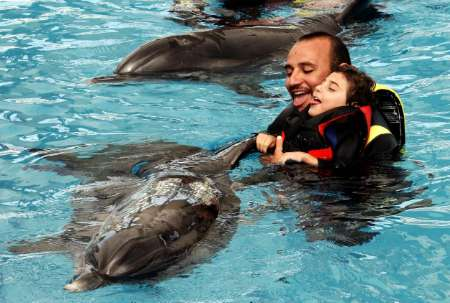 Как дельфины лечат от заикания